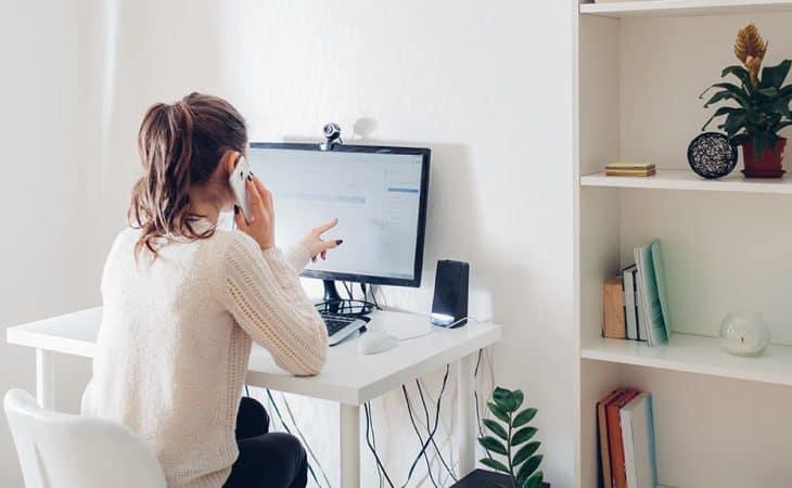 Jeune femme en portage salarial travaillant chez elle