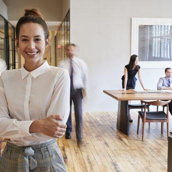femme dans son siège social d'entreprise
